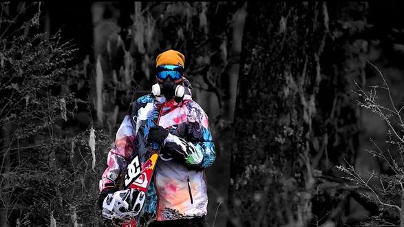 Обои Сноубордист в разноцветном костюме на черно-белом фоне
