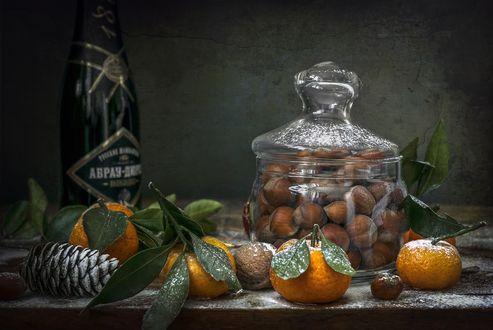 Обои Рождественский, предновогодний натюрморт - мандарины, шампанское и баночка с орехами, фотограф Анатолич