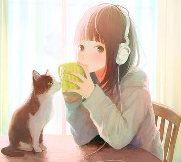 Обои Девушка в наушниках пьет чай, сидя за столом, на котором сидит кошка, by 中村ひなた
