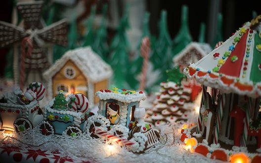 Обои Новогодние сладости из печенья в виде домиков, поезда, елок и мельницы