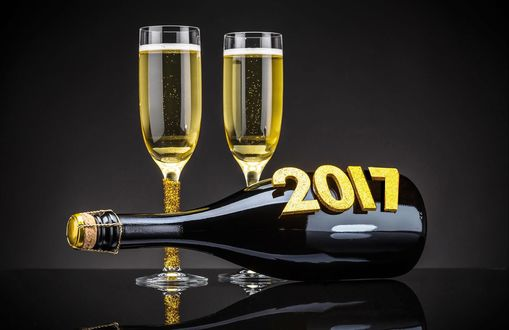 Обои Два бокала шампанского и бутылка с цифрами 2017