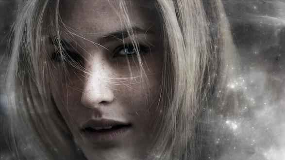 Обои Лицо голубоглазой девушки с пепельными волосами и веснушками в магической дымке