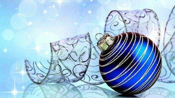 Обои Синий стеклянный шар с прозрачной лентой на фоне с бликами
