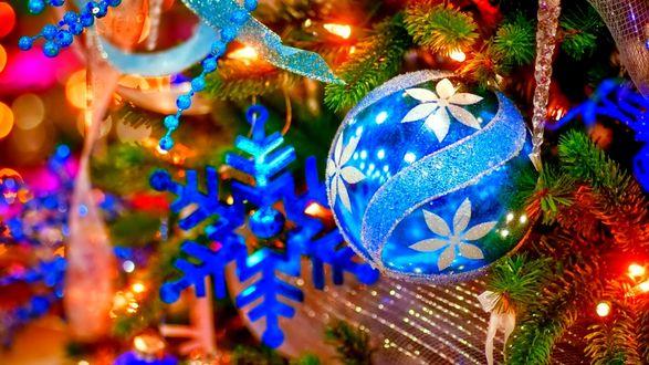 Обои Голубой шар и снежинка на елке с гирляндой