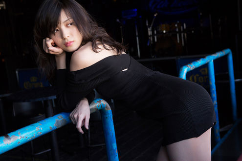 Обои Японская певица, участница айдол-группы Яджима Майми / Yajima Maimi в обтягивающем черном платье облокотилась на перила