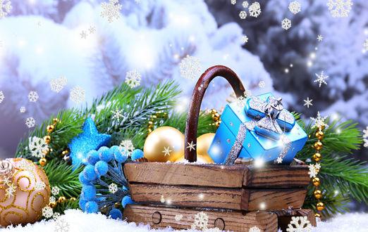 Обои Корзинка с новогодними игрушками, подарками, ветка елки, новогодние украшения, на фоне снежинок