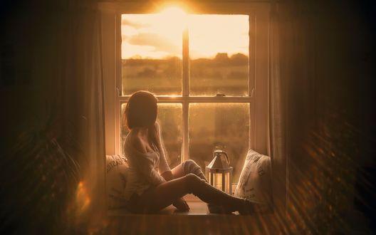 Обои Девушка сидит у окна, рядом с ней фонарь, фотограф Dominik Marciszewski