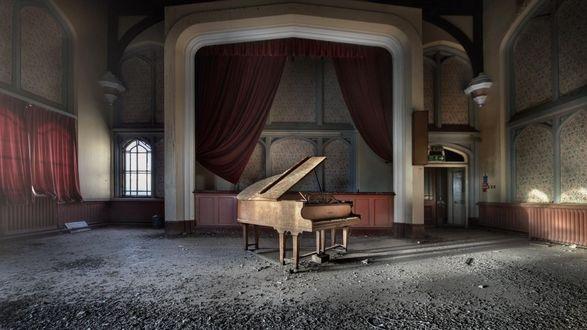Обои Фортепиано в старой заброшенной комнате