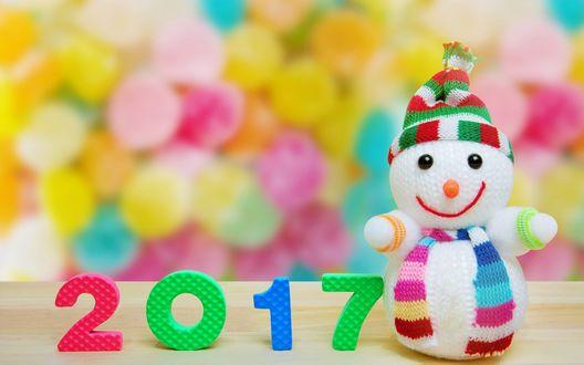 Обои Снеговичок в шапочке и цифры 2017 на разноцветном фоне