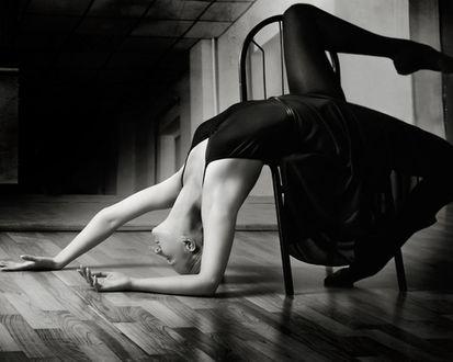 Обои Девушка балерина лежит на стуле, прогнувшись и положив на пол руки