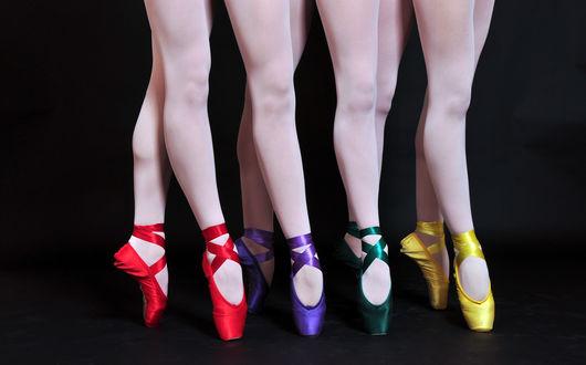 Обои Красивые ножки балерин в пуантах