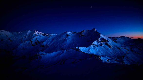 Обои Ночь в заснеженных горах