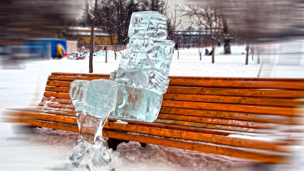 Обои для рабочего стола Робот из льда сидит на скамейке