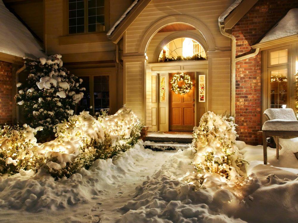 Обои для рабочего стола Дом, украшенный к Рождеству в огнях