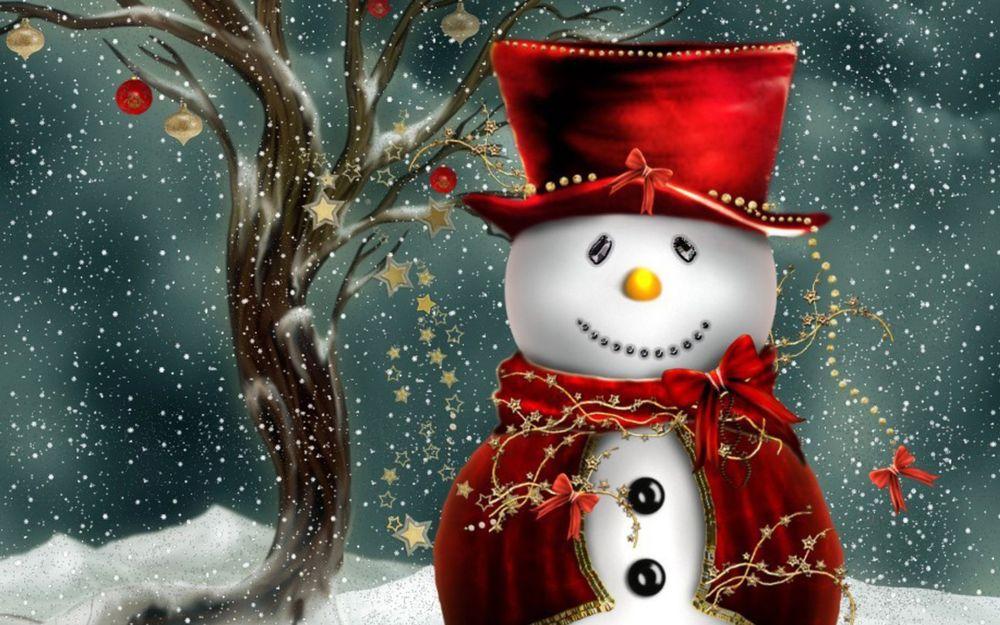 Обои для рабочего стола Рождественский снеговик под снегом, возле дерева с елочными украшениями
