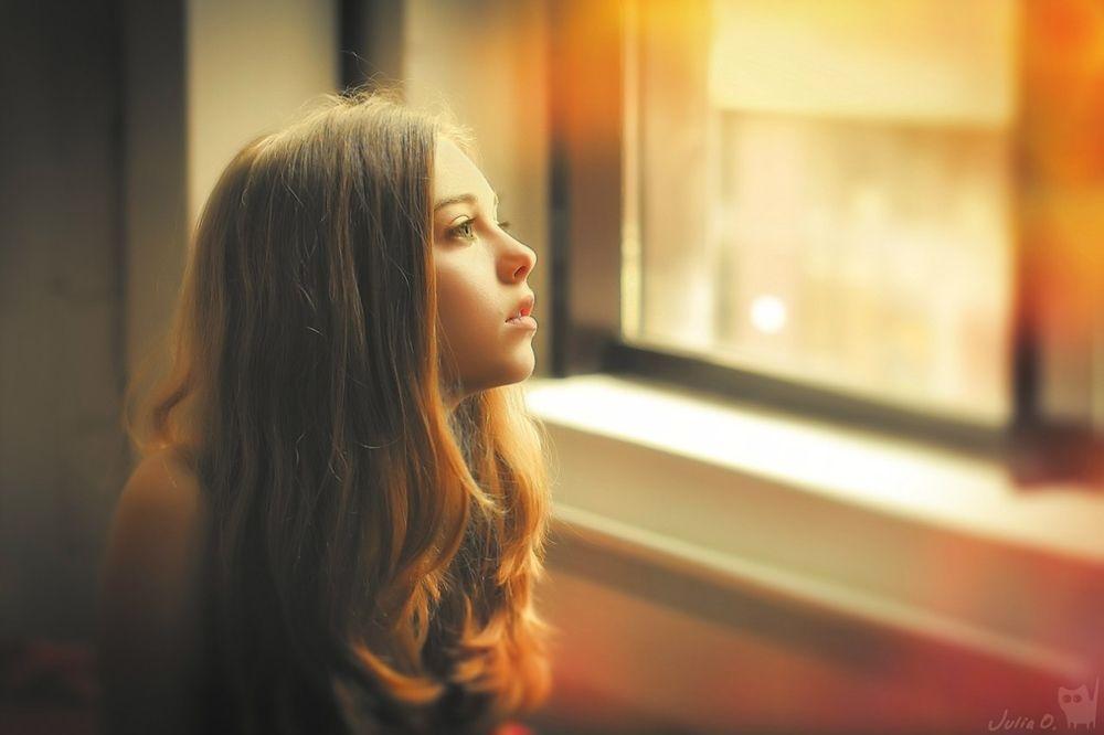Фото красивая девуша смотряшая в окно фото 691-752