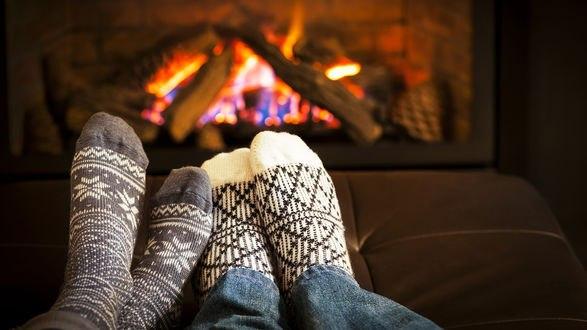 Обои Две пары ног влюбленных у теплого камина