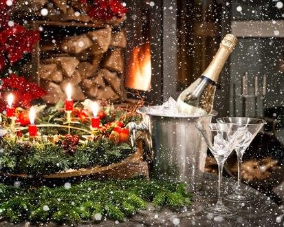 Обои Угощение, ветки ели, свечи, бокалы, снежинки, на фоне горящего камина