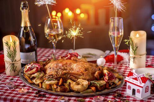 Обои Блюдо с курицей и шампанским в бокалах