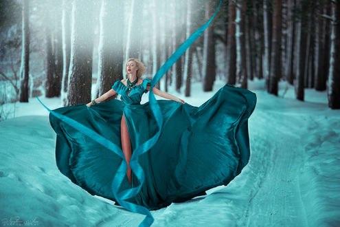 Обои Девушка в развевающемся голубом стоит на снегу в лесу, фотограф Нуруллаева Яночка