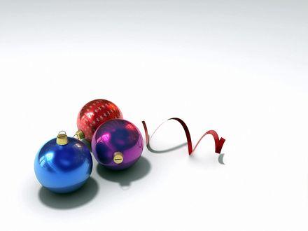 Обои Елочные шарики с серпантином на белом фоне