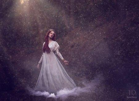 Обои Рыжеволосая девушка в образе принцессы с закрытыми глазами стоит в лесу под лучами света в легкой дымке под ногами, by Jessica Drossin