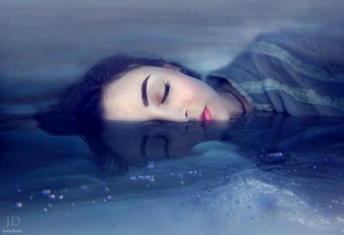 Обои Девушка с закрытыми глазами на половину загружена в полынью, by Djessica Drossin