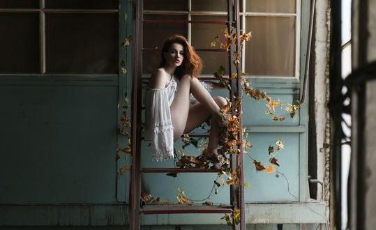 Обои Девушка сидит на лестнице, фотограф Сакрюкин Кирилл