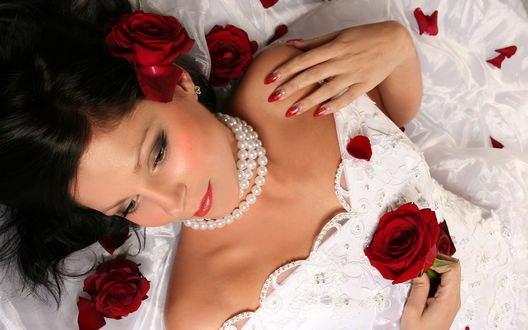 Обои Красивая девушка с розами и с жемчужными нитями на шее
