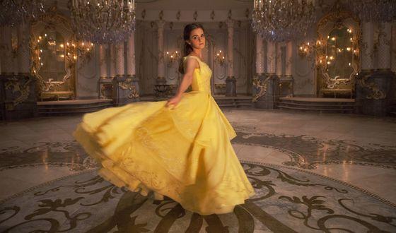 Обои Белль / Belle (Emma Watson) танцует в бальном зале из фильма Красавица и Чудовище / Beauty and the Beast