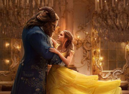 Обои Белль / Belle (Emma Watson) и Kyle Kingson (Dan Stevens) танцуют в бальном зале из фильма Красавица и Чудовище / Beauty and the Beast