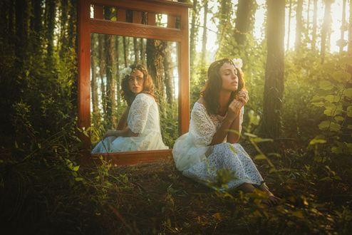 Обои Девушка с закрытыми глазами сидит в лесу, за спиной зеркало