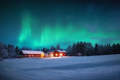 Обои Домики под небом с северным сиянием, Northern Sweden / Северная Швеция. фотограф Adnan Bubalo