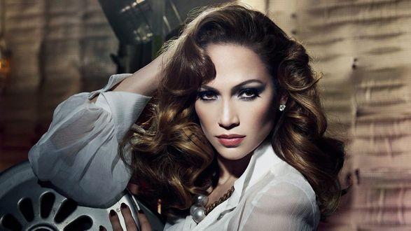 Обои Дженнифер Лопес / Jennifer Lopez с крупными бусами на шее
