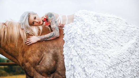 Обои Девушка с тату на лошади