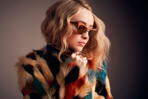 Обои Американская актриса и певица Сабрина Карпентер / Sabrina Carpenter в очках и разноцветной кофте
