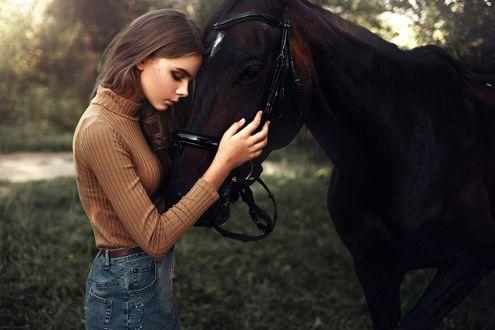 Обои Девушка, закрыв глаза, наклонилась к лошади, обняв ее голову руками на фоне природы
