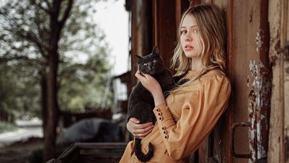 Обои Девушка с котом на руках стоит у стены дома, фотограф Георгий Чернядьев