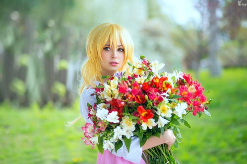 Обои Девушка-блондинка с букетом цветов, by Wan-Mei