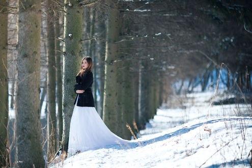 Обои Девушка в длинном платье и пиджаке стоит на снегу, by Wan-Mei