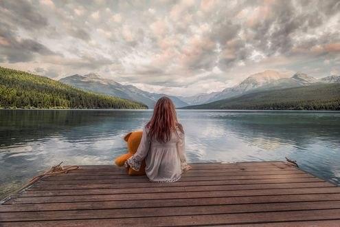 Обои Девушка с игрушечным мишкой сидит на причале у озера, фотограф Pedro Quintela