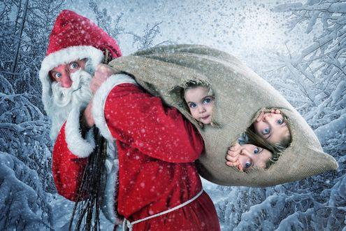 Обои Голубоглазый Санта Клаус несет детей в подарок