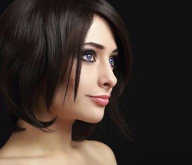 Обои Портрет красивой девушки шатенки голубоглазой девушки на темном фоне