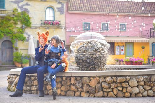 Обои Косплей Judy Hopps / Джуди Хоппс и Nick Wilde / Ник Уайлд сидят около фонтана из мультфильма Zootopia / Зверополис