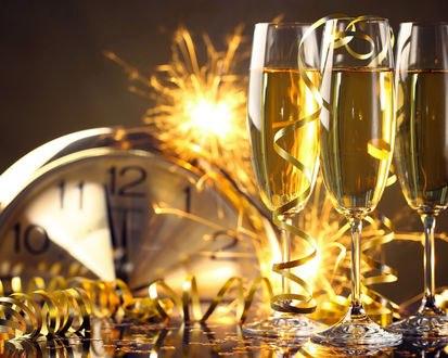 Обои Фужеры с шампанским, серпантин, бенгальские огни на фоне часов, показывающих полночь