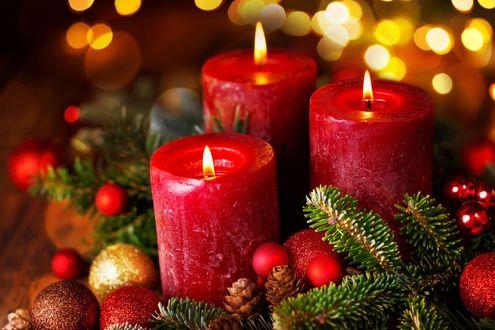 Обои Красные свечи, рядом елочные игрушки, шишки и еловые веточки