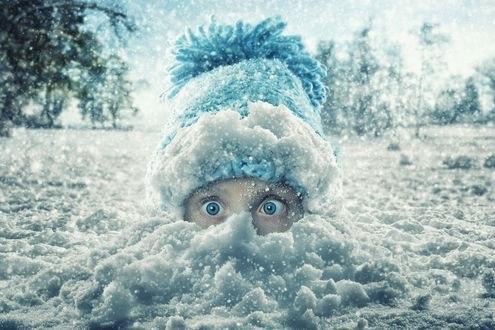 Обои Девочка в вязанной шапочке в снегу, фотограф John Wilhelm