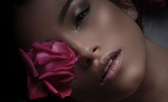 Обои Розовая роза у лица девушки, by Isabelle Scappazzoni