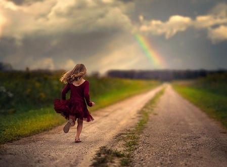 Обои Маленькая девчушка бежит по дороге навстречу радуге, стараясь не отпустить свое счастье