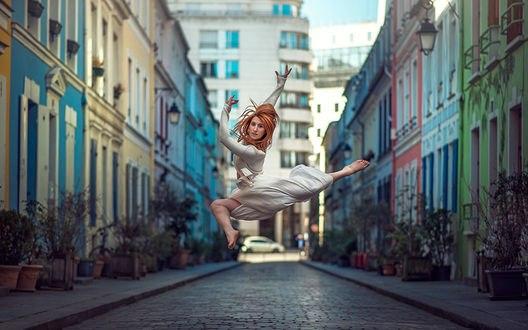 Обои Балерина парит в танце над улочкой, Фотограф Анатолий Бисинбаев